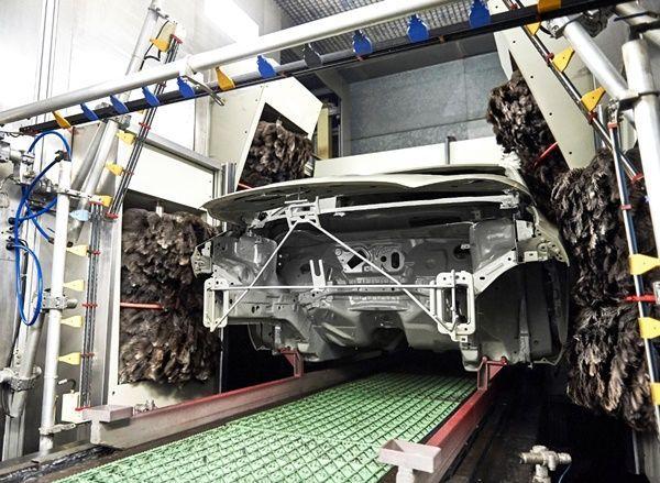 Ford usa plumas de emú para mejorar el acabado de pintura001