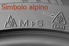 Símbolo alpino y símbolo de barro y nieve en los neumáticos de invierno, por contraposición a los neumáticos de verano.